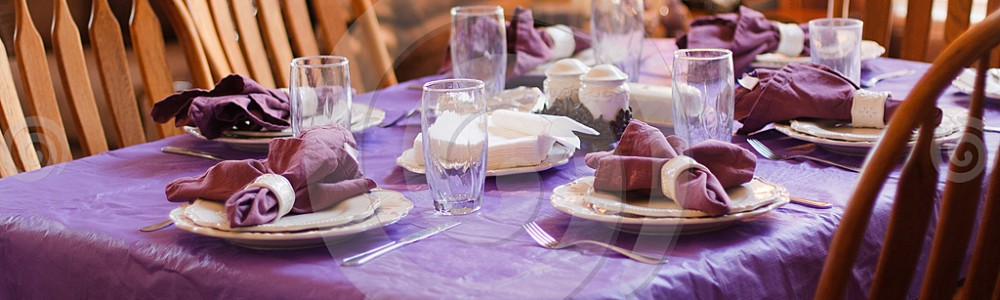 dinner_table_purple_place_settings_dreamstimecomp_27543394
